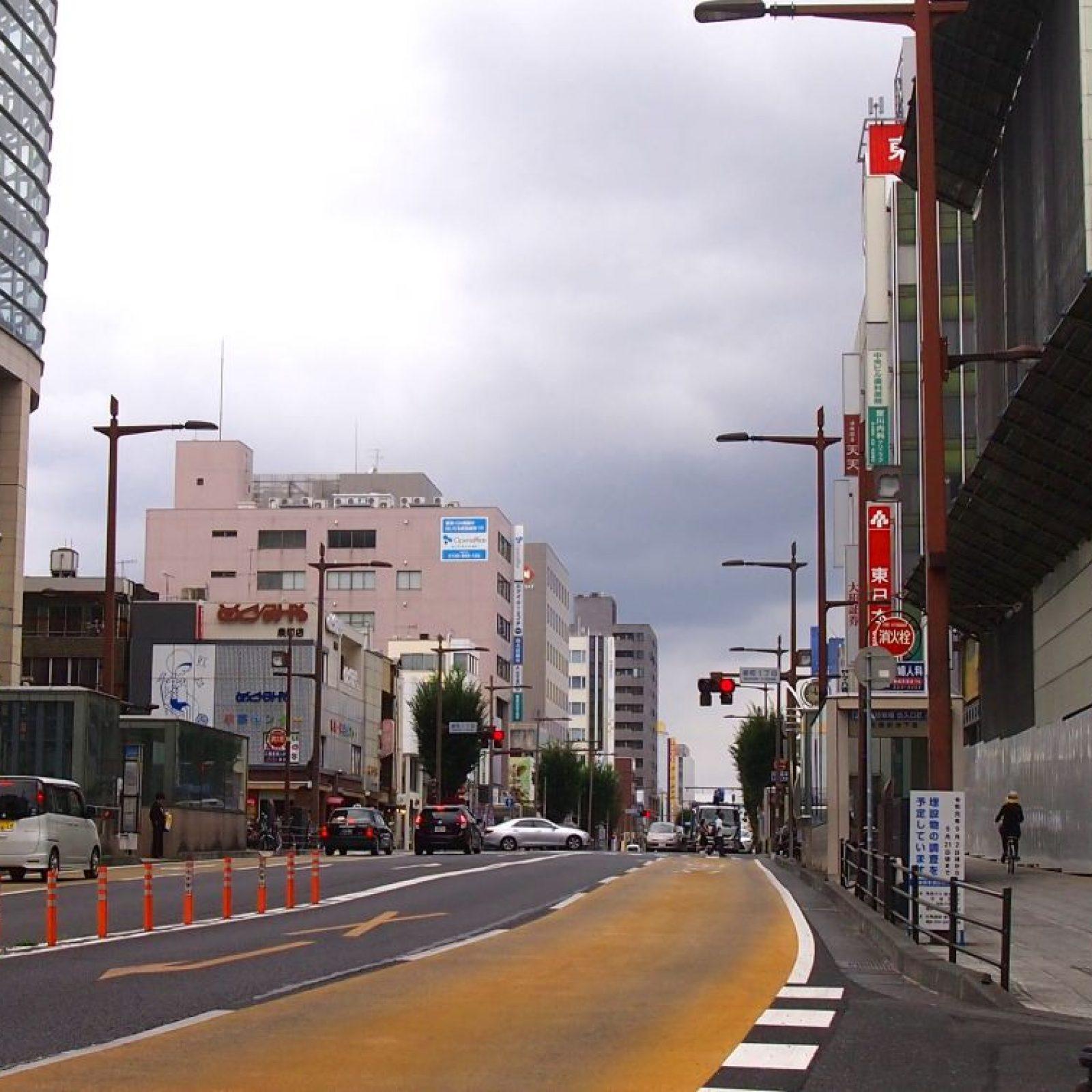 水戸駅北口より車で徒歩5分程走ると 左手に京成百貨店があります。その次の信号を右折します。