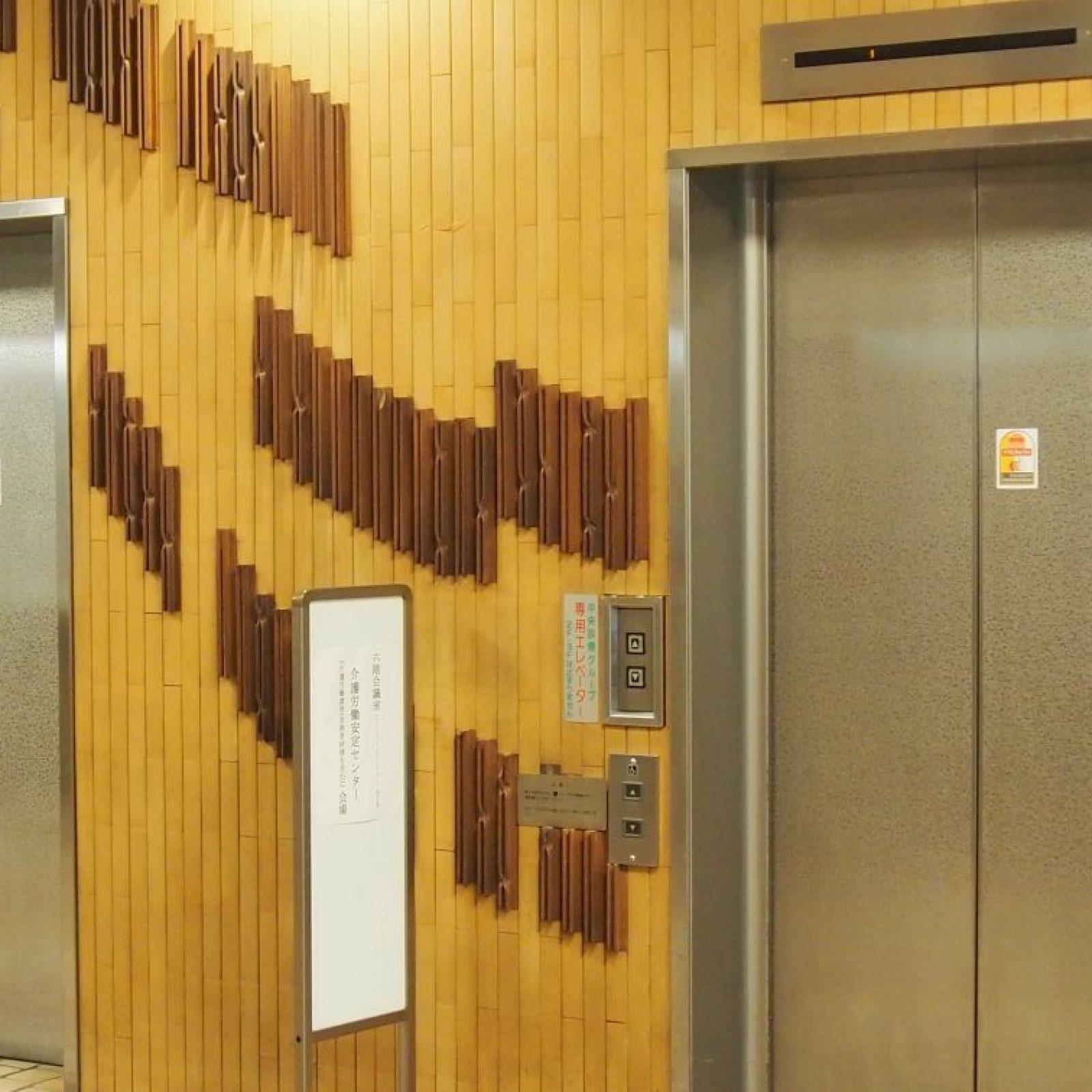 エレベーターに乗って、8階までお進みください。